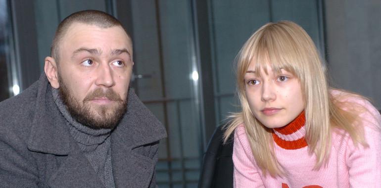 Шнуров с юной актрисой Оксаной Акиньшиной.