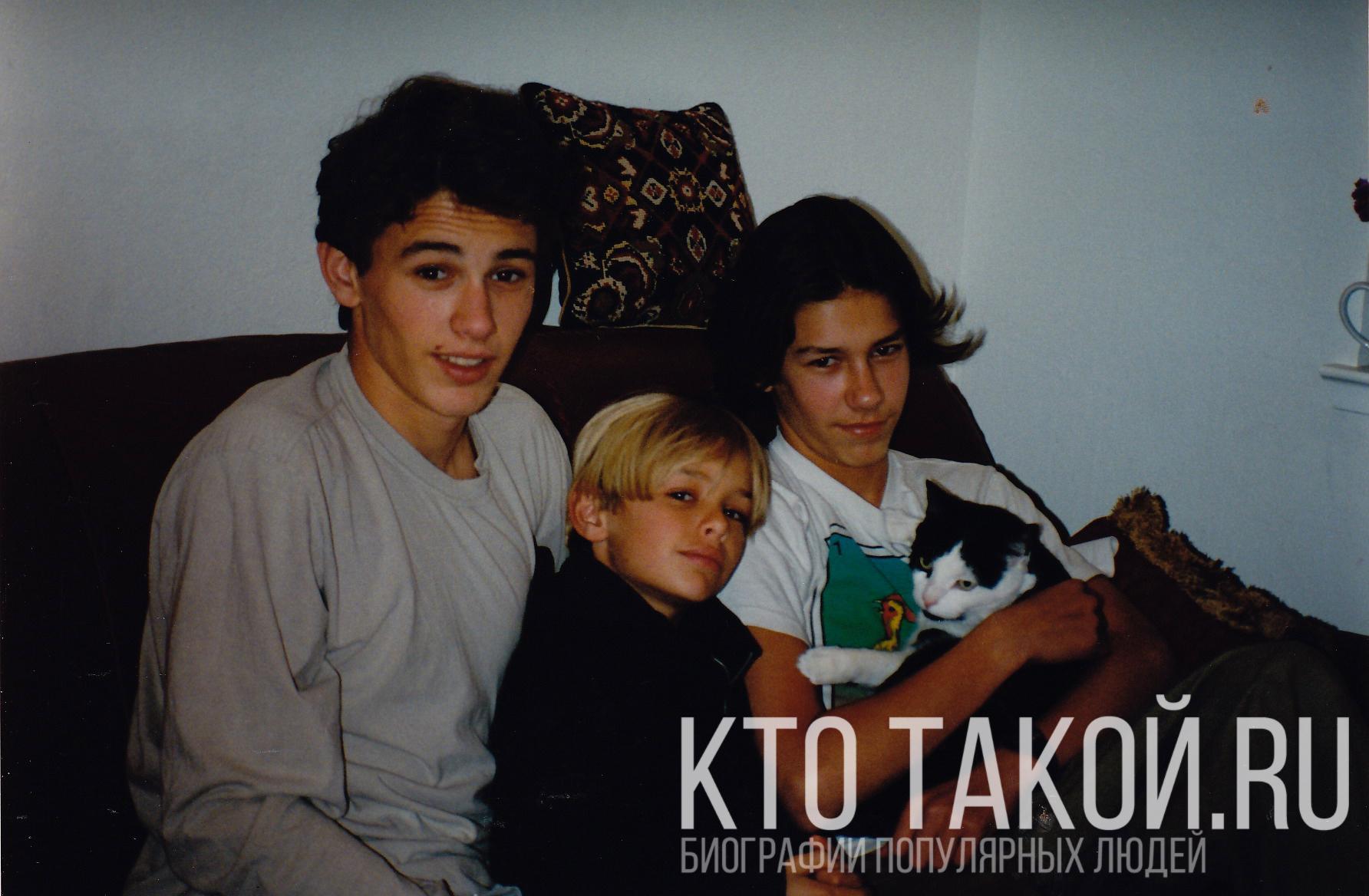 Джеймс Франко в детстве с братьями