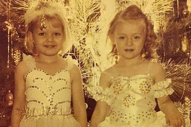 Маша Миногарова в детстве (справа)